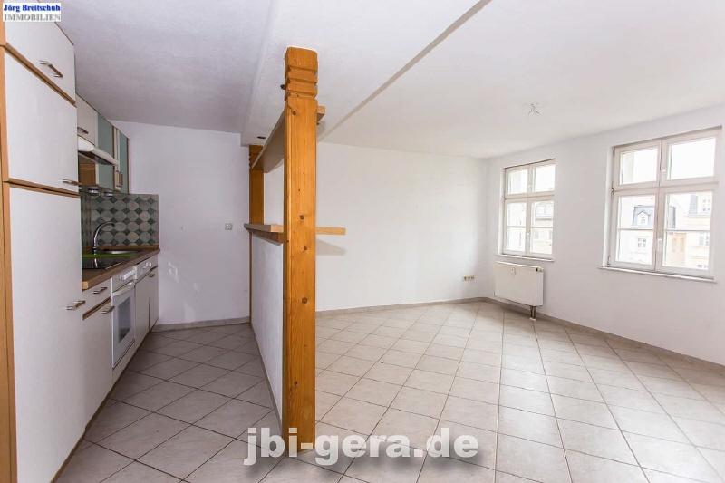 Küche mit Bar und Wohnzimmer