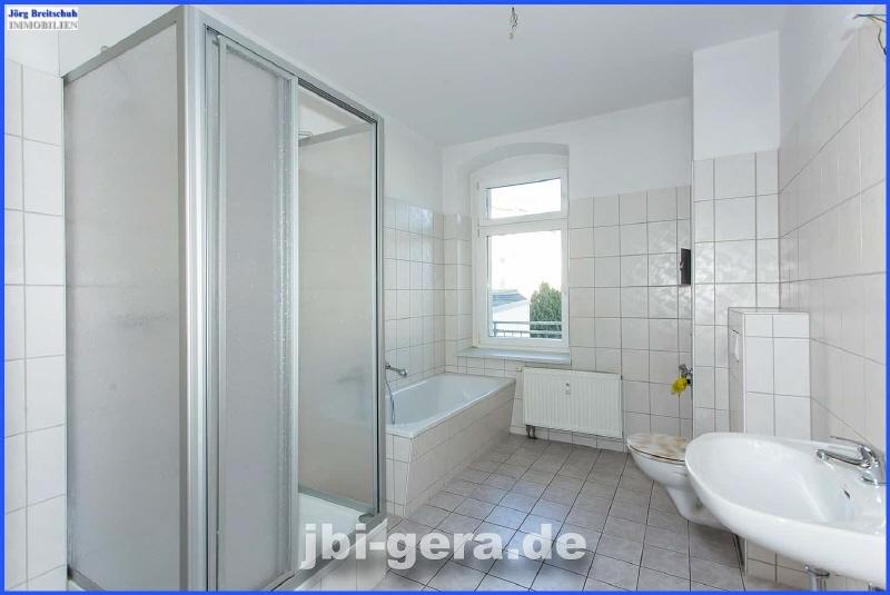 Bad mit Wanne Dusche und Fenster