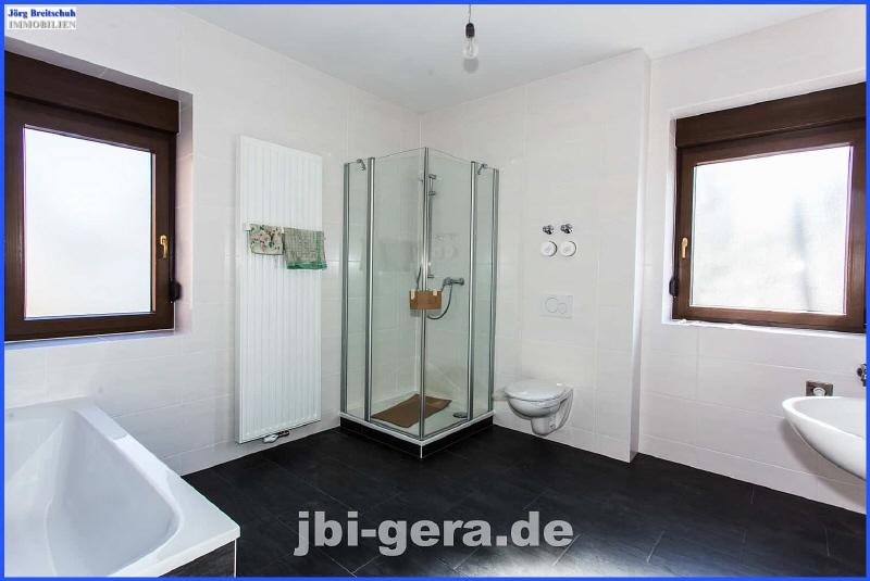 HH 1 OG Bad mit Wanne Dusche und Fenster Bild 1