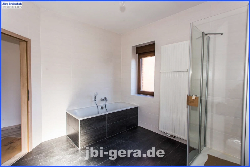 HH 1 OG Bad mit Wanne Dusche und Fenster Bild 2