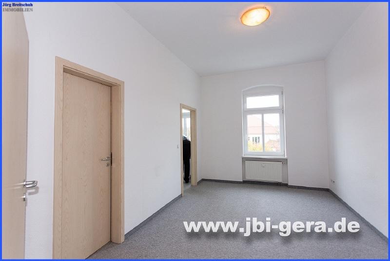 Wohnzimmer mit Zugang zu Küche