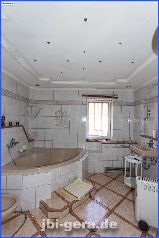 WE 01 OG  Bad mit Eckwanne Dusche und Fenster